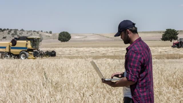 コンピューターを使用して農家 - 農学者点の映像素材/bロール