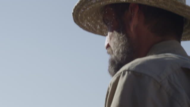 farmer wearing straw hat driving plow - 麦わら帽子点の映像素材/bロール