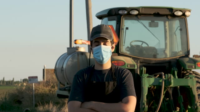 farmer worker wearing a protective face mask due covid-19 contagion prevention - lavoratore agricolo video stock e b–roll