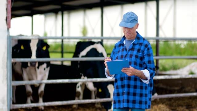 農民のを見ながらファームで作業します。 - 農学者点の映像素材/bロール