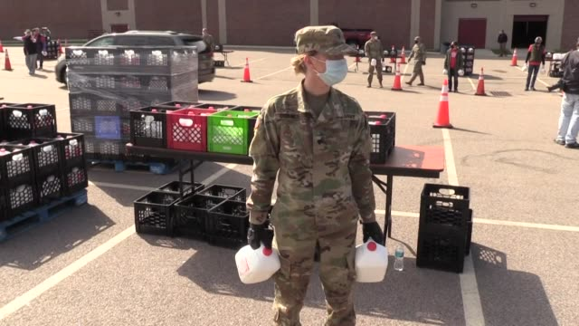 vídeos de stock e filmes b-roll de farmers and members of the national guard distribute excess milk to locals in boston, massachusetts, amid a slowdown in the dairy industry due to the... - excesso