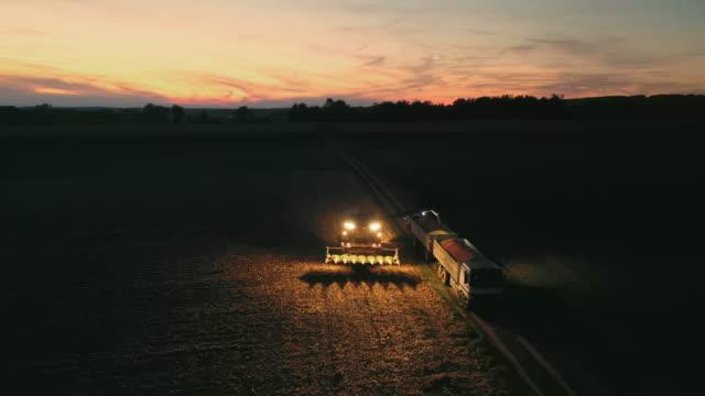 夜にトウモロコシを収穫する空中農家 - トラクター点の映像素材/bロール