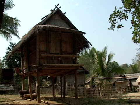 ws, farmers of wood and straw, muang -noi, laos - strohdach stock-videos und b-roll-filmmaterial