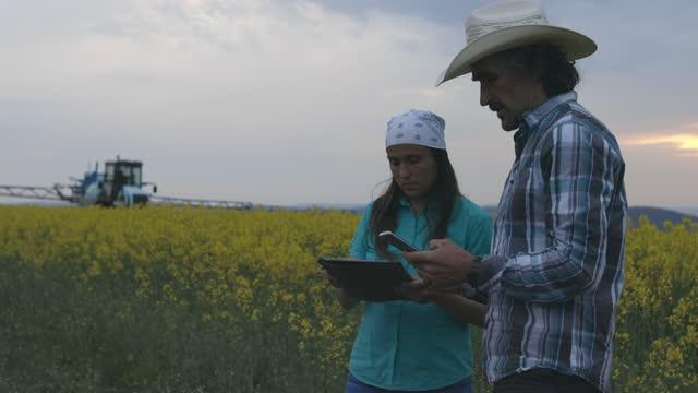 遠隔操作作物噴霧器を操作する農家。スマート農業。covid-19パンデミック中に受精しながらトラクターに燃料を補給。 - remote control点の映像素材/bロール