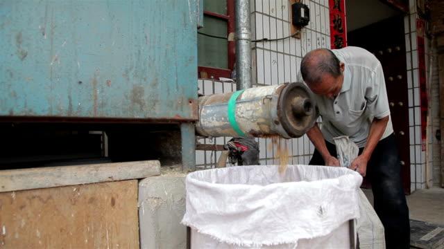 vídeos de stock, filmes e b-roll de farmers separating the grains from wheat with machine /xi'an, shaanxi, china - só um homem idoso