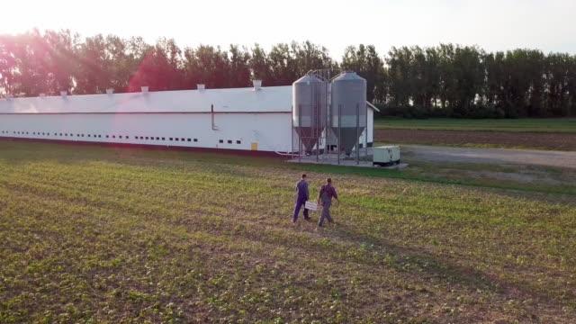 vídeos y material grabado en eventos de stock de farmers walking on the field/ debica/ poland - oficio agrícola