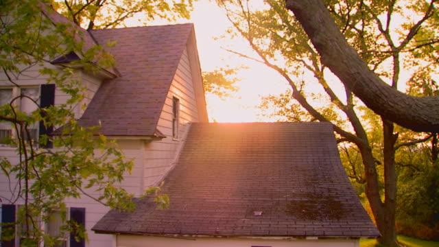 vídeos y material grabado en eventos de stock de farmhouse building exterior at dawn, jib shot - jib shot