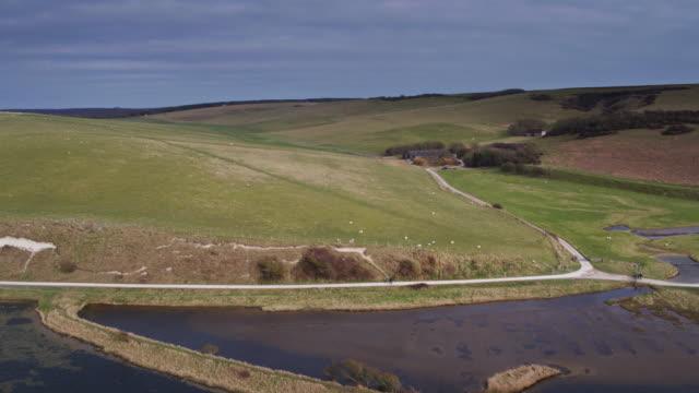 川カックミア、南東イングランド - 周辺農地のショットをドローン - サウスダウンズ点の映像素材/bロール