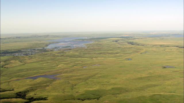 bauernhöfe auf den fluss und das indianer-website-luftaufnahme-south dakota, corson county, vereinigte staaten - south dakota stock-videos und b-roll-filmmaterial