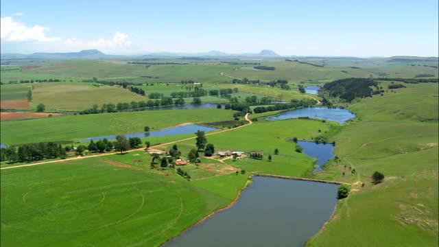 vídeos y material grabado en eventos de stock de granjas y tierras de cultivo - vista aérea - kwazulu-natal, umgungundlovu distrito municipio, umngeni, sudáfrica - kwazulu natal
