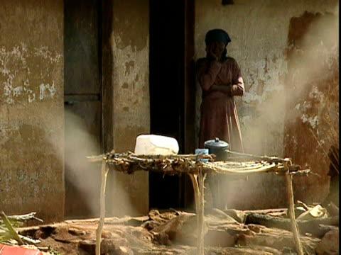 stockvideo's en b-roll-footage met farmworkers remain on an abandoned farm, zimbabwe; 2000 - agrarisch beroep