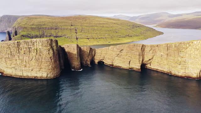 faroe islands sorvagsvatn lake tr'lanípa cliff drone flight vagar island 4k - north atlantic ocean stock videos & royalty-free footage
