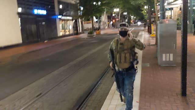 vídeos y material grabado en eventos de stock de far-right extremist holds an assault rifle during a confrontation with anti-fascists on august 8, 2021 in portland, oregon. anti-fascists and... - portland oregon