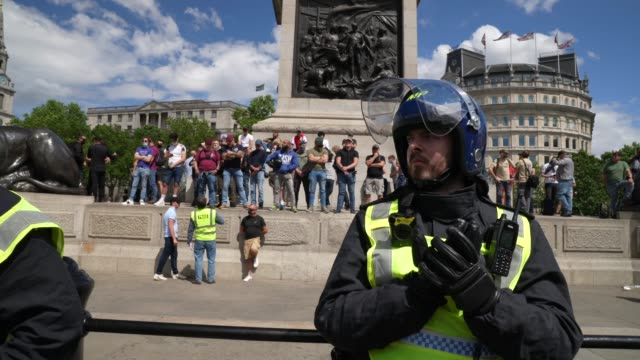 far-right protesters are pined and held on nelson's column in trafalgar square on june 13, 2020 in london, united kingdom. following a social media... - links platz stock-videos und b-roll-filmmaterial