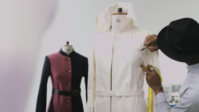 fashion designer at work in studio - トルソー点の映像素材/bロール