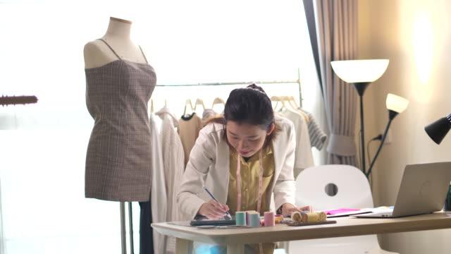 ファッションデザイナーの図面とスケッチ - デザイナー服点の映像素材/bロール