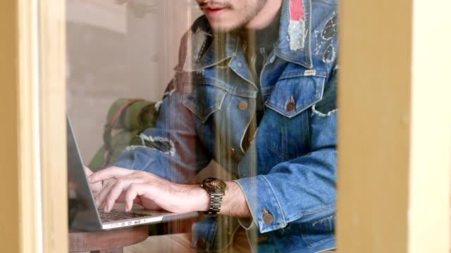Modedesigner Freelancer arbeitet
