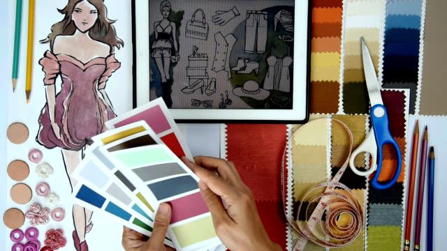Mode-Designer & Schneider arbeiten mit Skizze von Kleidung, tablet, Proben / Bekleidungs-Business-Konzept