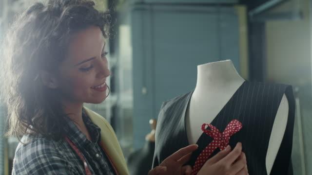 vídeos de stock, filmes e b-roll de designer de moda  - designer profissional