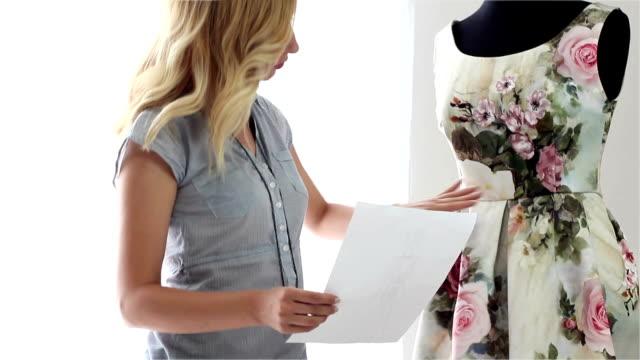 デザイナーの女性 - トルソー点の映像素材/bロール