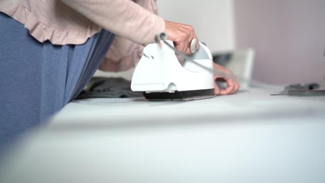 ホーム - 中小企業のクローズ アップに働くファッション ・ デザイナー女性 - アイロン点の映像素材/bロール