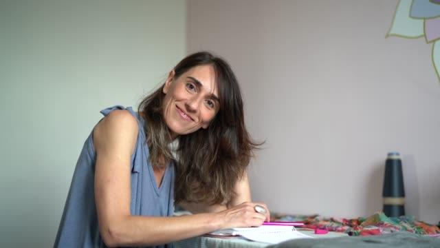 vídeos de stock e filmes b-roll de fashion designer woman working at home - small business portrait - livraria