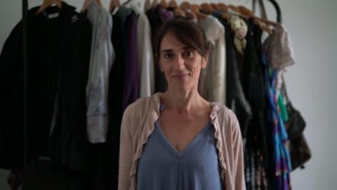 vídeos y material grabado en eventos de stock de diseñador de moda mujer que trabaja en casa - negocio pequeño - el dueño - 40 44 años