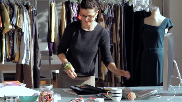 vídeos de stock, filmes e b-roll de ms fashion designer working on computer / new york city, new york, usa - estilista de moda designer profissional