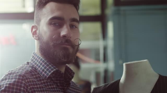 vídeos de stock e filmes b-roll de designer de moda de trabalho - estilista de moda designer profissional