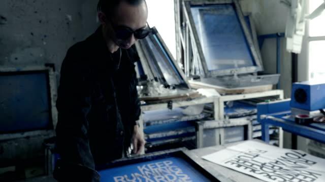 vídeos de stock, filmes e b-roll de fashion designers tela t-shirt, trabalhando na área de trabalho - model t
