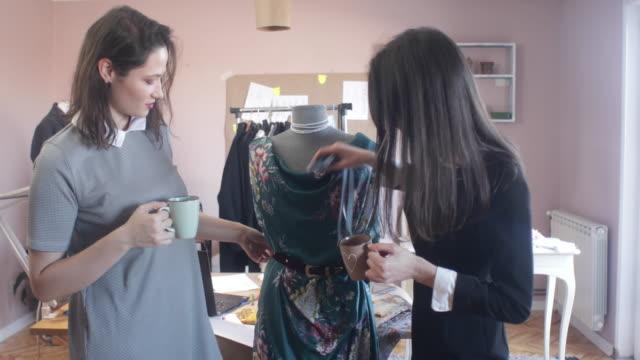 ファッション ・ デザイナーのアート スタジオで作業 - デザイナー服点の映像素材/bロール