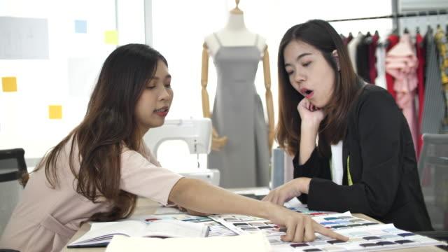 mode-designerin arbeitet im heimstudio - mitarbeiterengagement stock-videos und b-roll-filmmaterial
