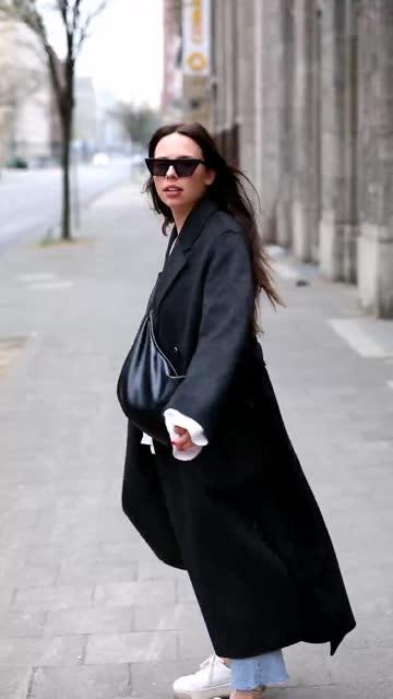 vídeos de stock e filmes b-roll de fashion influencer annalena sophie is seen wearing spring fashion captain & son sunglasses, ivy & oak jacket in dark grey, mkae bluse in white linen,... - jaqueta jeans