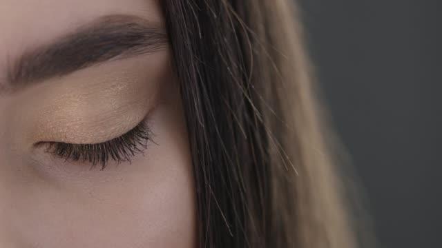 vídeos de stock e filmes b-roll de fashion model close up. fashionable video. slow motion. - caneta de feltro