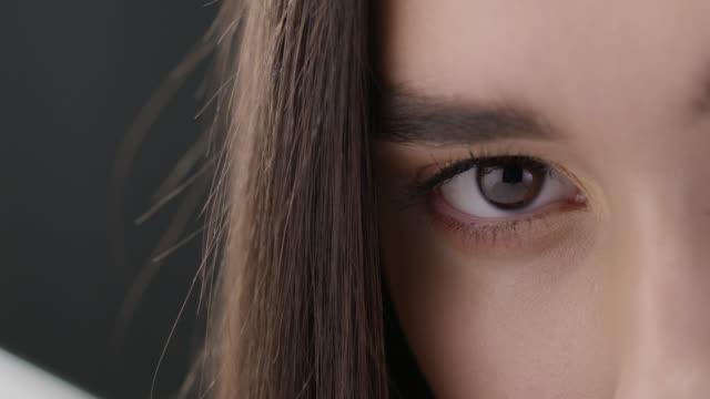 ファッションモデルをクローズ アップ。ビデオがオシャレ。スローモーション。 - ファッションモデル点の映像素材/bロール