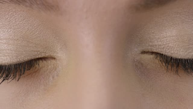 ファッションモデルをクローズ アップ。ビデオがオシャレ。スローモーション。 - 網膜点の映像素材/bロール