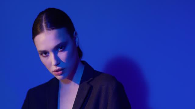黒いジャケットを着たファッションモデル。ファッションビデオ。7k r3dレッドヘリウムで撮影。4k prores 4444。 - 後ろで束ねた髪点の映像素材/bロール