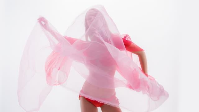vidéos et rushes de mannequin en tissu de bikini avec écoulement rouge - physique