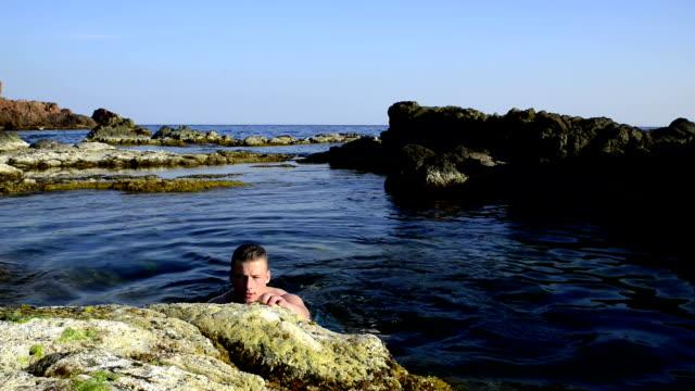 vídeos y material grabado en eventos de stock de modelo de moda en el agua. - hombres desnudos