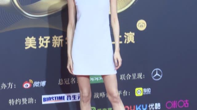 fashion model ming xi mengyao attends 2018 weibo awards ceremony on january 11, 2019 in beijing, china. - skådespelerska bildbanksvideor och videomaterial från bakom kulisserna
