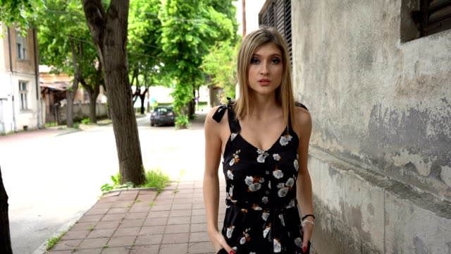 vídeos de stock, filmes e b-roll de moda modelo de movimento lento - modelo profissional
