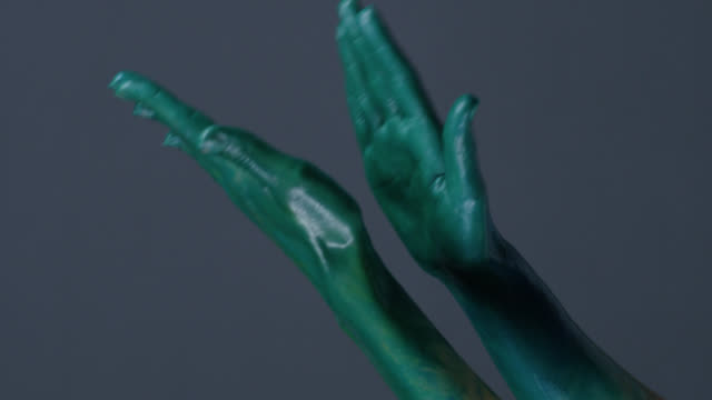 vídeos y material grabado en eventos de stock de modelo manos pintadas verde aplausos. video de la moda. - perfección