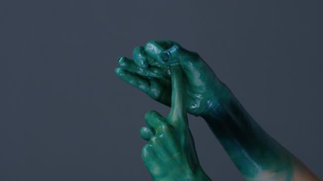 stockvideo's en b-roll-footage met mannequin de handen geschilderd groen toont gebaren. fashion video. - handpalm