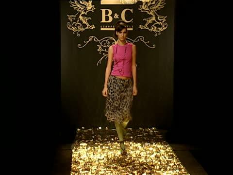 cu fashion models spinning on runway pedestals during fashion show/ belgrade, serbia  - haarschmuck stock-videos und b-roll-filmmaterial