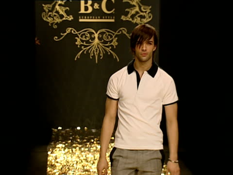 ms fashion models walking runway during fashion show/ belgrade, serbia  - 一分鐘或更長 個影片檔及 b 捲影像