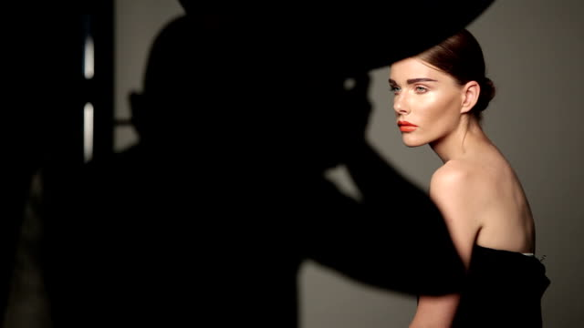 stockvideo's en b-roll-footage met fashion shooting with woman model - ontwerp