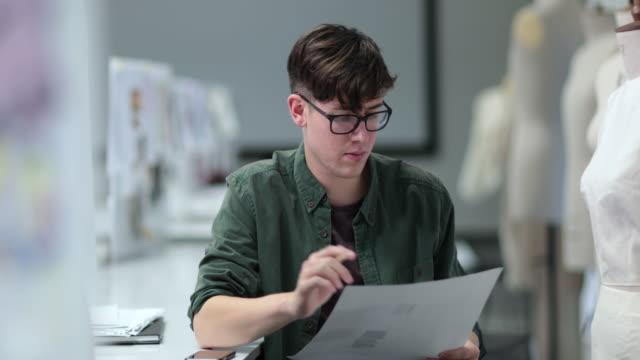 fashion student designing a garment - トルソー点の映像素材/bロール