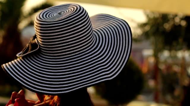 Mode-Porträt von junge trendige Mädchen in modische Mütze und Sonnenbrille