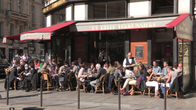 stockvideo's en b-roll-footage met fashionable cafe in paris - franse cultuur