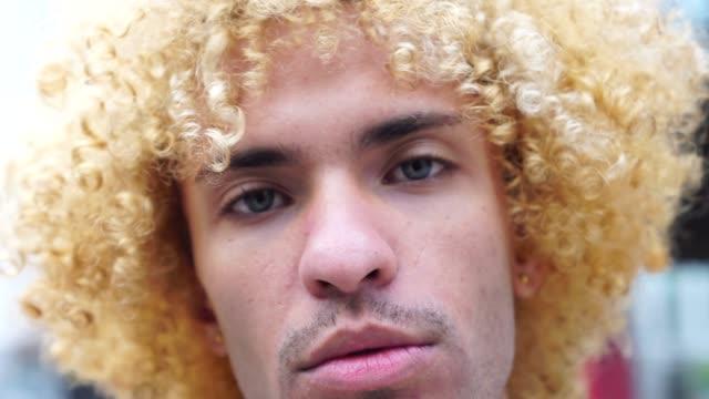 vidéos et rushes de hommes à la mode avec des cheveux bouclés portrait - coiffure